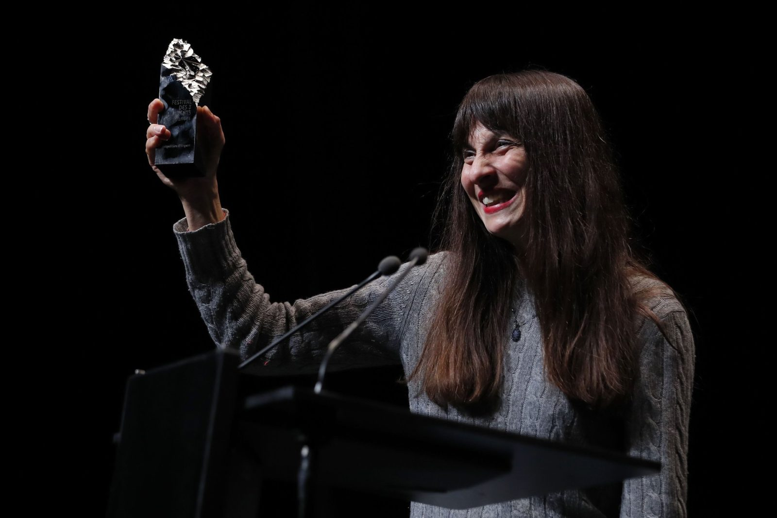 Pascale Ramonda, distributrice internationale, reçoit pour Hassen Ferhani, la Mongolfière d'argent, remportée par le film documentaire 143 rue du Désert ©S Mahé